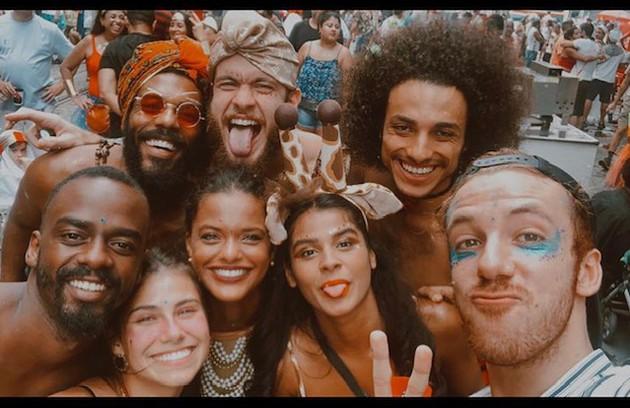 João Côrtes publicou uma foto do carnaval do ano passado ao lado de amigos como Vitor Thiré, Raphael Logam e Thainá Duarte (Foto: Reprodução)