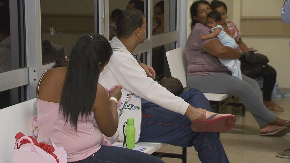 Pais aguardam atendimento para os filhos na pediatria do hospital de Santa Maria — Foto: Reprodução/TV Globo