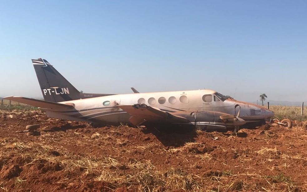 Avião que transportava o político Daniel Vilela saiu de pista durante o pouso, em Itapaci (Foto: Reprodução/TV Anhangera)