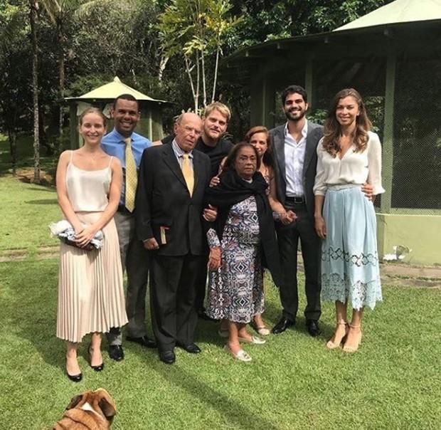 Grazi Massafera e Patrick Bulus com a família e amigos (Foto: Reprodução/Instagram)