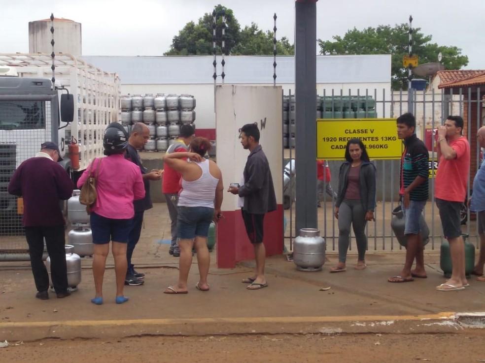 Consumidores formaram filas em frente a distribuidoras para comprar gás durante a greve (Foto: Danilo Moreira/ TVCA)