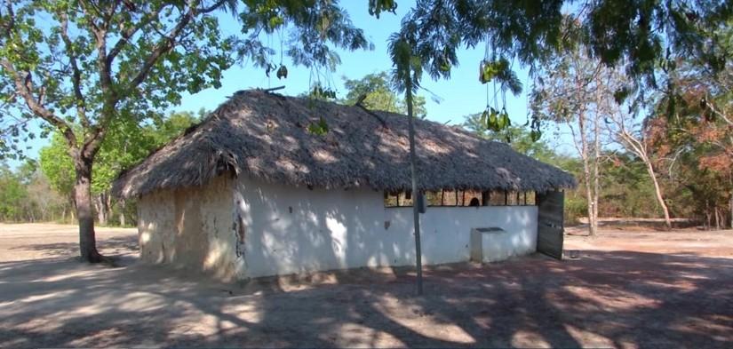 Alunos estudam em escola feita de taipa e coberta por palha no MA  - Notícias - Plantão Diário
