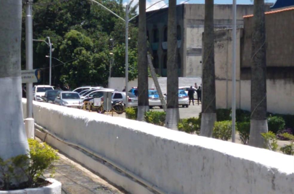 Policiais em negociação com homem que fazia jovem refém dentro de carro em Valença — Foto: Arquivo pessoal