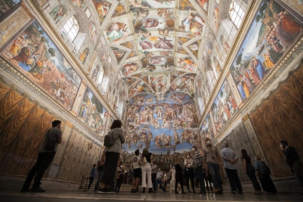 1º de junho - Visitantes admiram a Capela Sistina, em Roma, nesta segunda-feira (1º). Os Museus do Vaticano reabriram para os visitantes após três meses de fechamento  — Foto: Alessandra Tarantino/AP