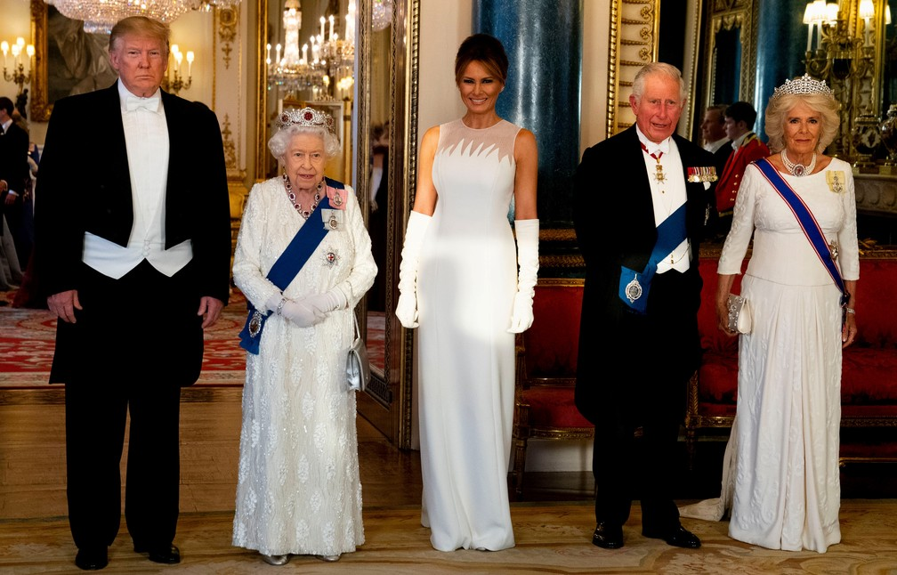 Trump, a rainha Elizabeth, Melania, o príncipe Charles e Camilla chegam ao Palácio de Buckingham nesta segunda-feira (3) para o banquete em homenagem ao presidente americano. — Foto: Doug Mills/Pool/AFP