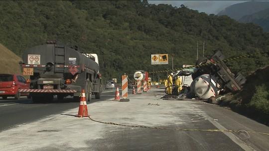 Amostras de rio de Garuva são coletadas após despejo de produto químico levado por caminhão