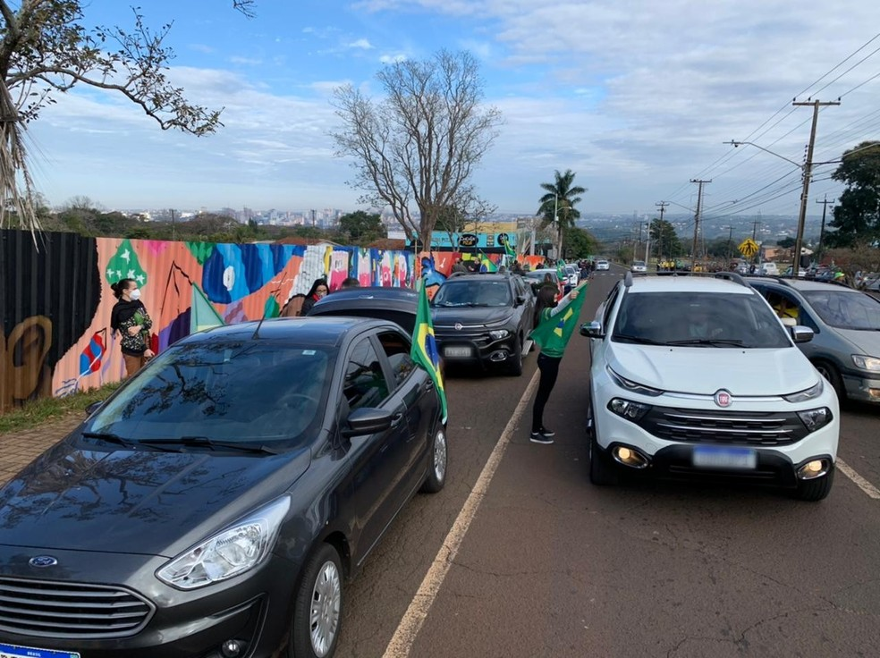 Manifestantes se encontraram no Gramadão da Vila A, em Foz do Iguaçu — Foto: Marcos Landim/RPC