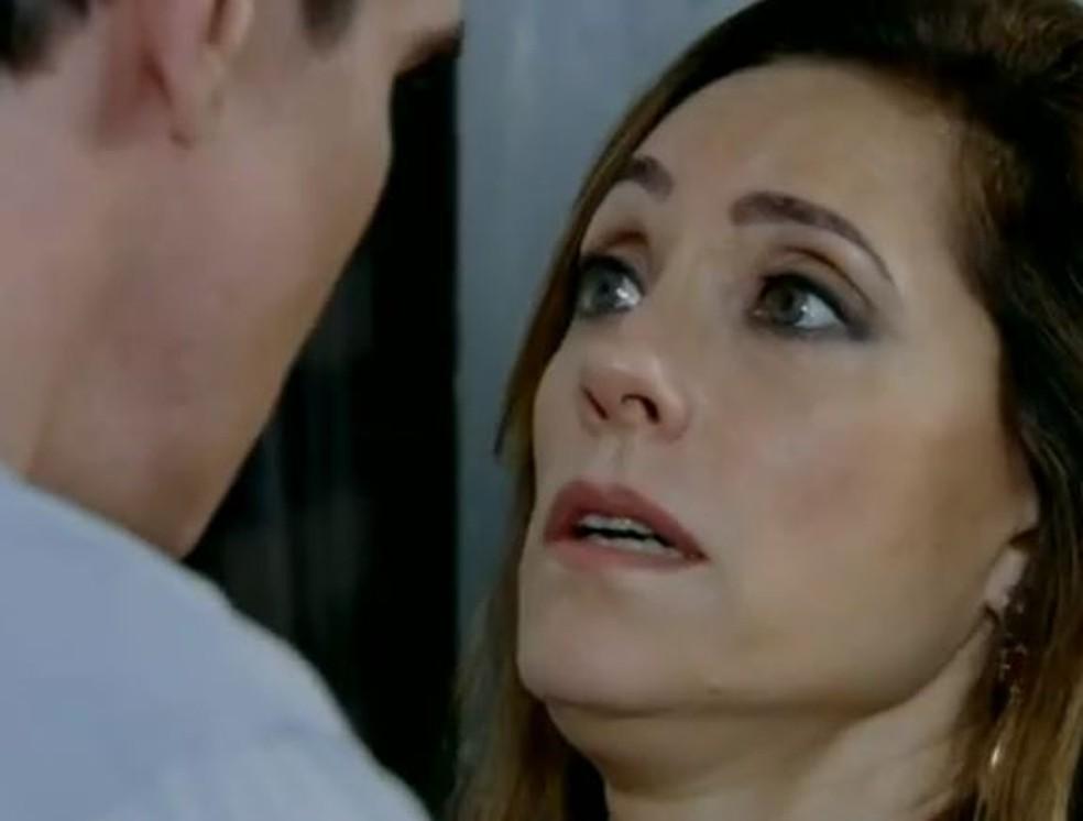 Tereza Cristina fica desesperada ao perceber que René foi baleado em 'Fina Estampa' — Foto: Globo