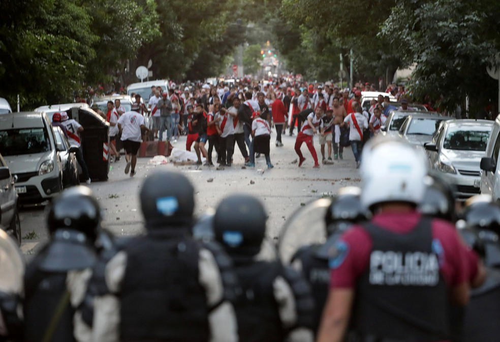 Torcida do River enfrenta a polícia no dia do 2º jogo da final — Foto: Alberto Raggio / Reuters