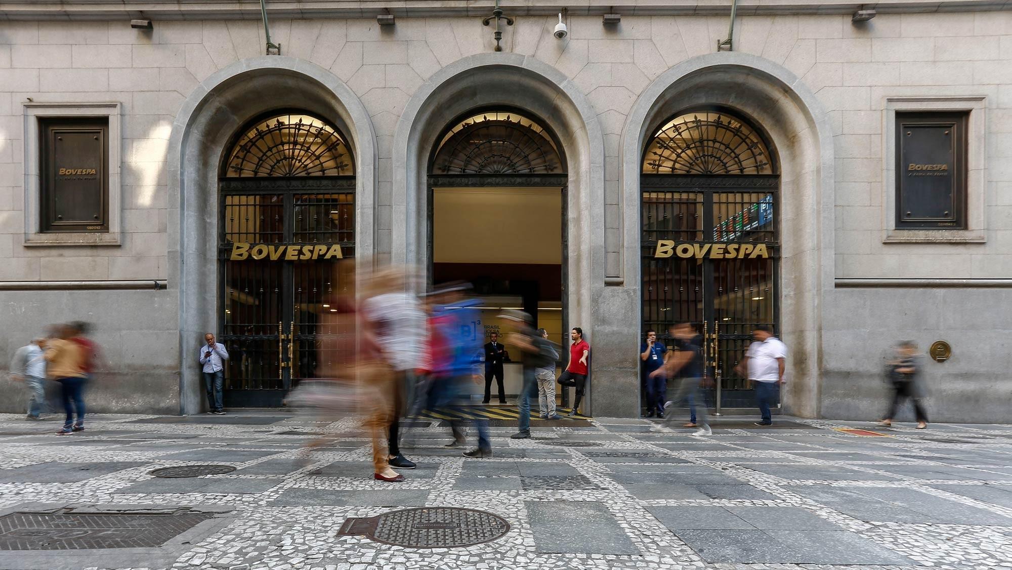 Bovespa fecha em queda de 2,8%, puxada por bancos e Petrobras 2