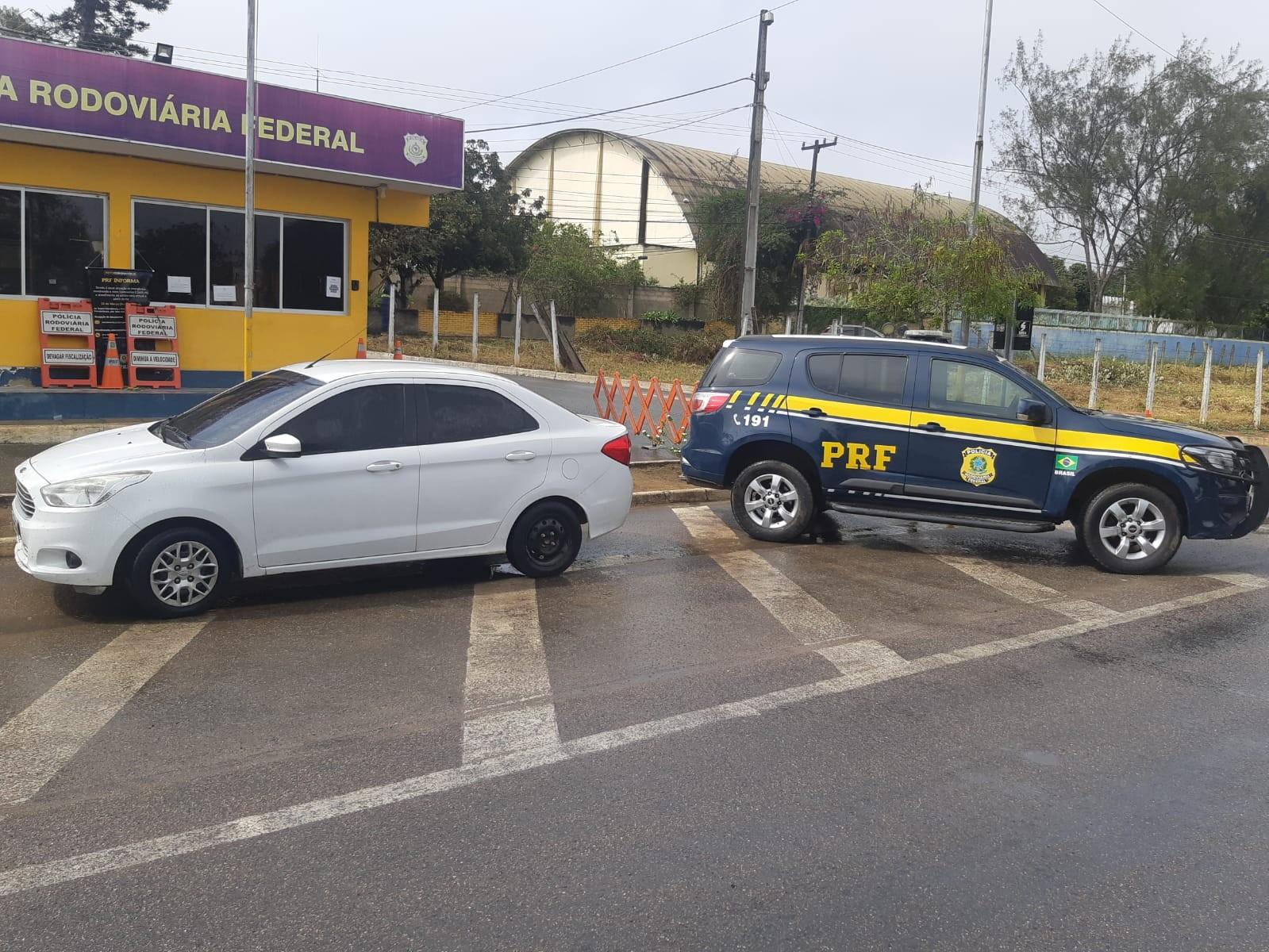 Menina de 9 anos é encontrada sem os pais dentro de carro roubado em Garanhuns