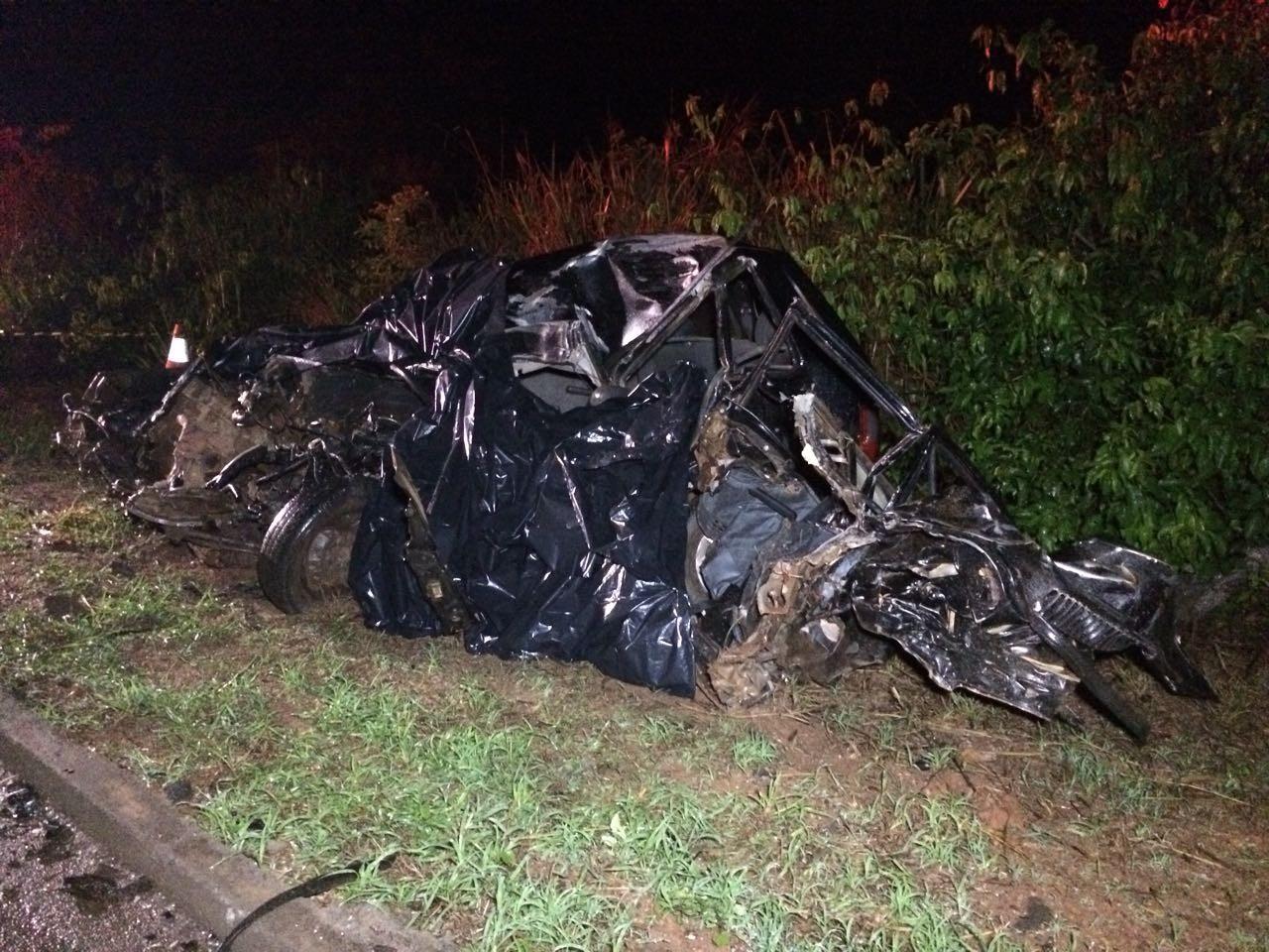 Dois homens e uma mulher morrem após carro invadir pista e atingir carreta em MT