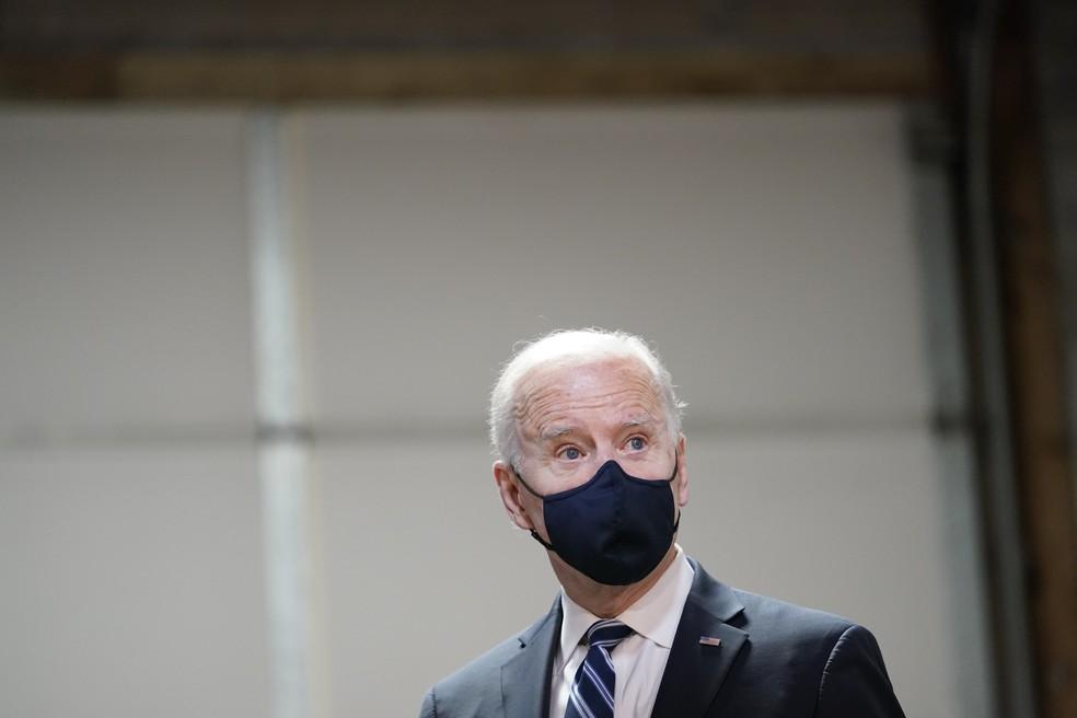 O presidente dos Estados Unidos, Joe Biden, usa máscara em foto de 16 de março de 2021 — Foto: Carolyn Kaster/AP