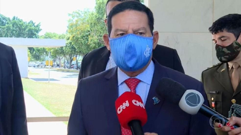 O vice-presidente, Hamilton Mourão, disse que governo vai liberar recursos e retomar combate a queimadas. — Foto: JN