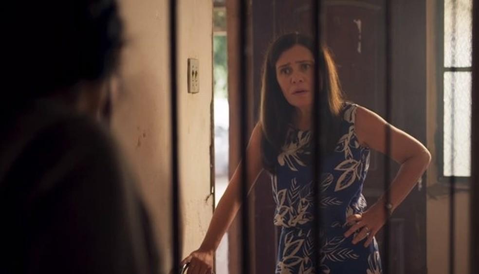 Thelma não gosta do que ouve de Lurdes — Foto: Globo
