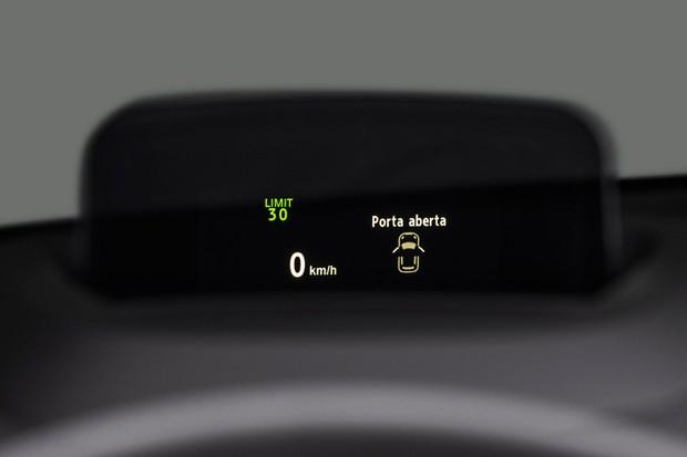 Head-Up Display cobre informações diversas, não apenas o velocímetro (Foto: Divulgação)