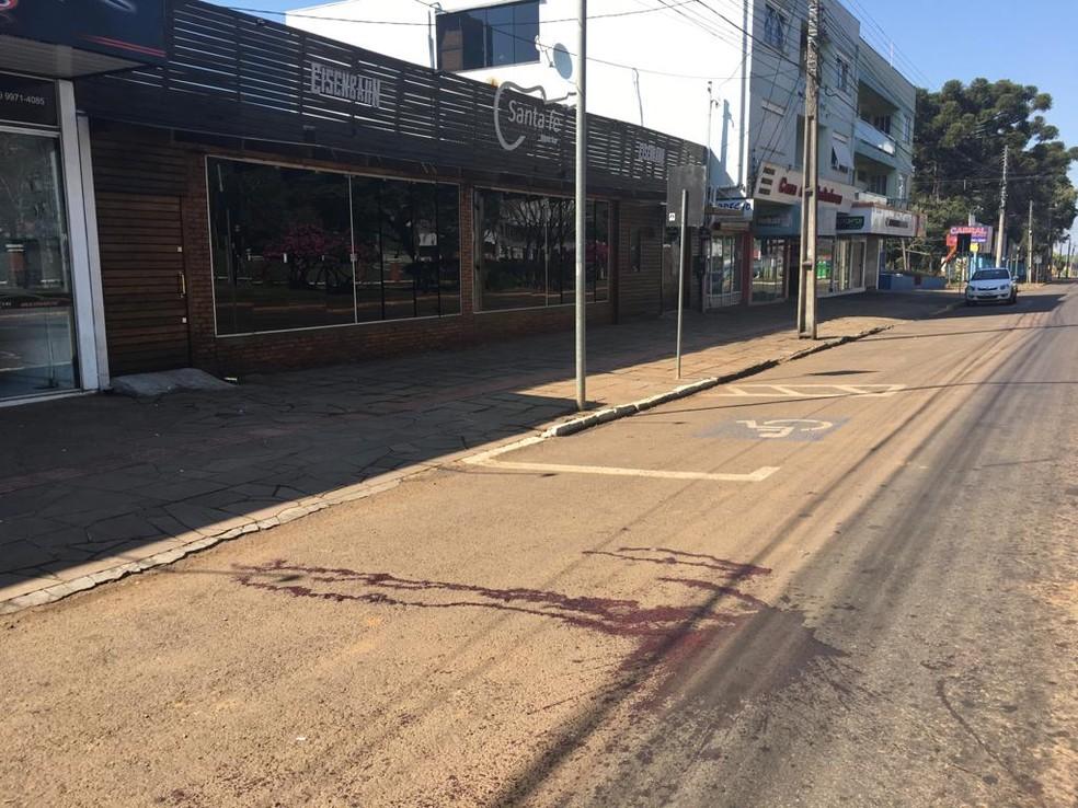 Crime ocorreu na saída de uma casa noturna, no Centro de Erechim — Foto: Francieli Alonso/RBS TV