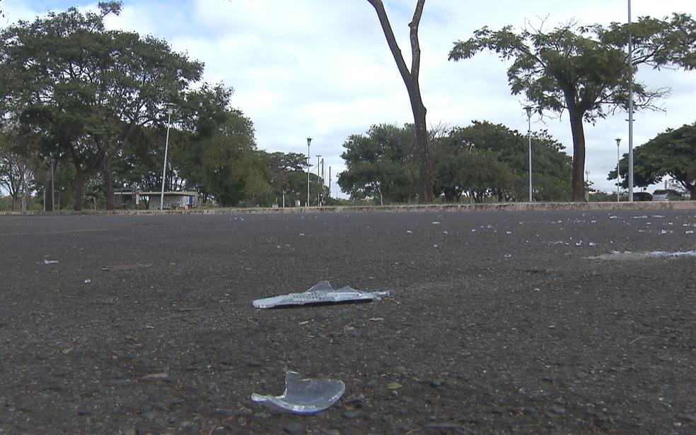 Cacos de vidro no chão de estacionamento do Parque da Cidade em Brasília onde adolescente foi linchado (Foto: TV Globo/Brasília)