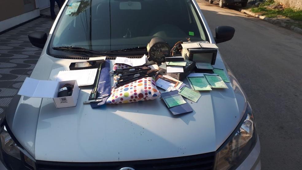 Agentes apreenderam documentos, aparelhos eletrônicos e celulares nos endereços dos denunciados — Foto: Divulgação