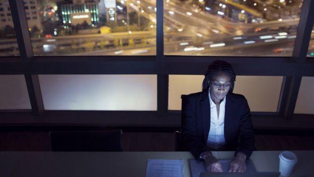 Grupos como trabalhadores noturnos são mais vulneráveis aos ruídos, já que sua 'estrutura do sono está sob estresse' (Foto: Getty Images/BBC)