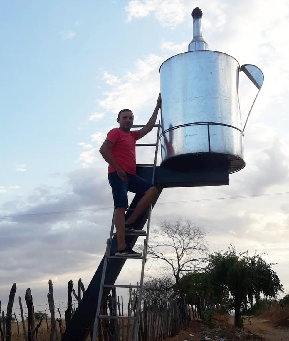 Após falta de energia elétrica, homem constrói candeeiro com mais de dois metros, na PB — Foto: Antônio Modesto/Arquivo