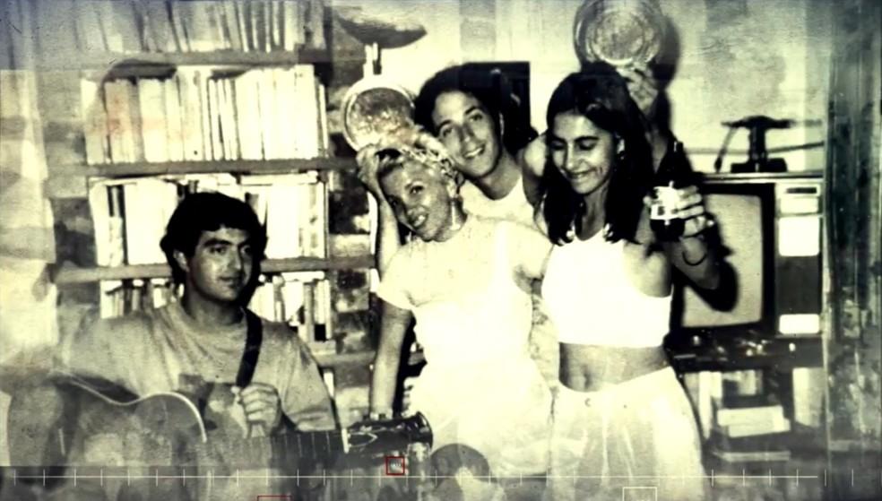 Áurea Catharina com amigos na juventude, na época em que foi descoberta por Vinicius de Moraes — Foto: TV Globo