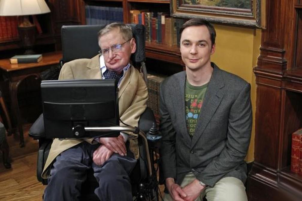 -  O ator Jim Parsons com Stephen Hawking na gravação da série   34;The Big Bang Theory  34;  Foto: Divulgação/Warner Bros. Television