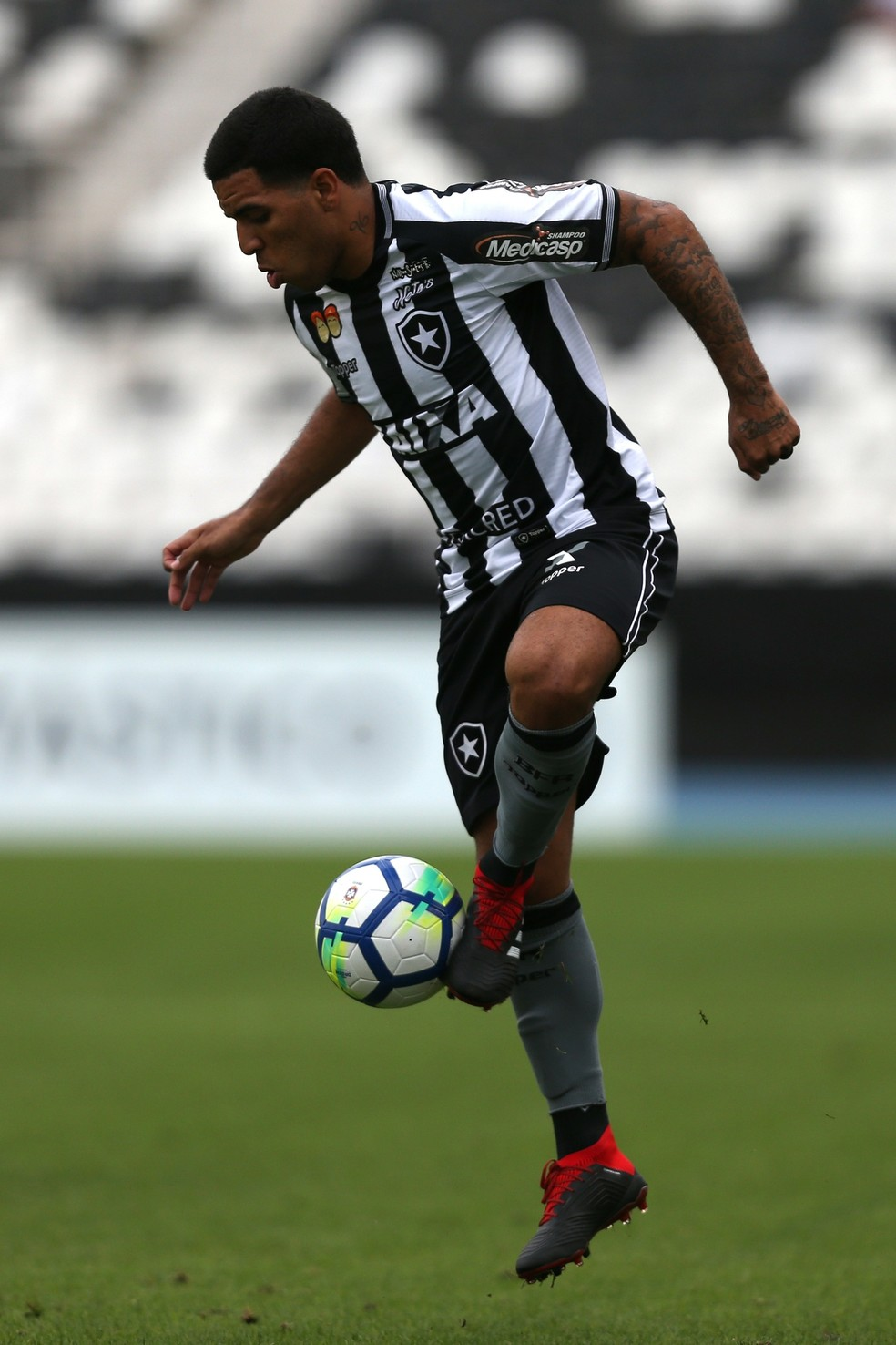 Yuri domina a bola contra o Santos (Foto: Vitor Silva/SSPress/Botafogo)
