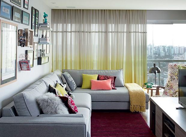 Sofá da Clami. Cortina da Riviera Tecidos. Manta sobre o sofá da West Elm, de Nova York (Foto: Marco Antonio / Editora Globo)