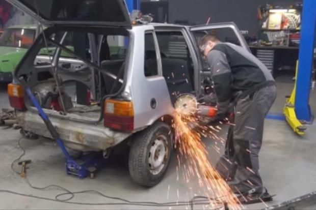 Mecânicos trabalham na transformação do veículo (Foto: Reprodução/YouTube)