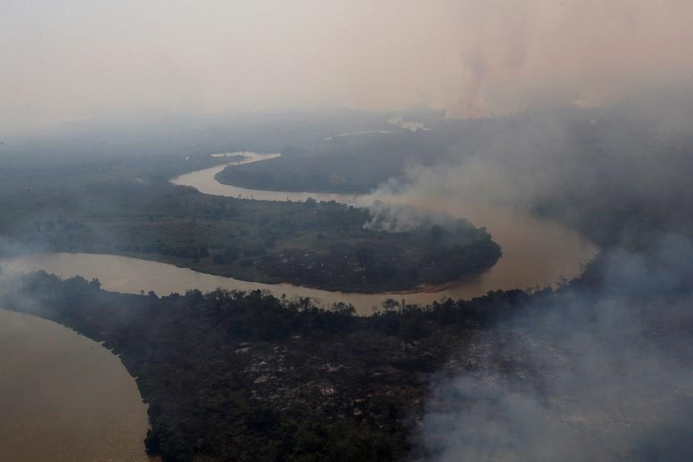 Foto aérea mostra a fumaça das queimadas ao redor do rio Cuiabá, em Poconé (MT), no Pantanal — Foto: Amanda Perobelli/Reuters