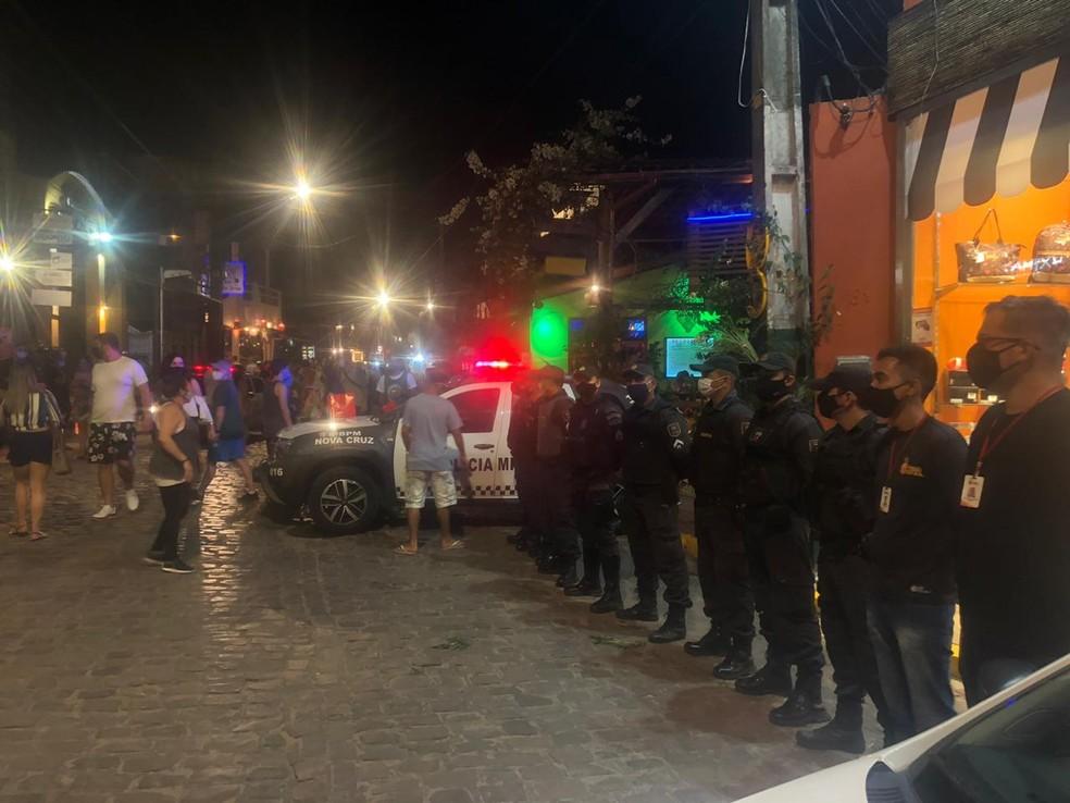 Polícia Militar faz fiscalização para coibir aglomerações na Praia de Pipa, no litoral Sul do RN — Foto: Cedida