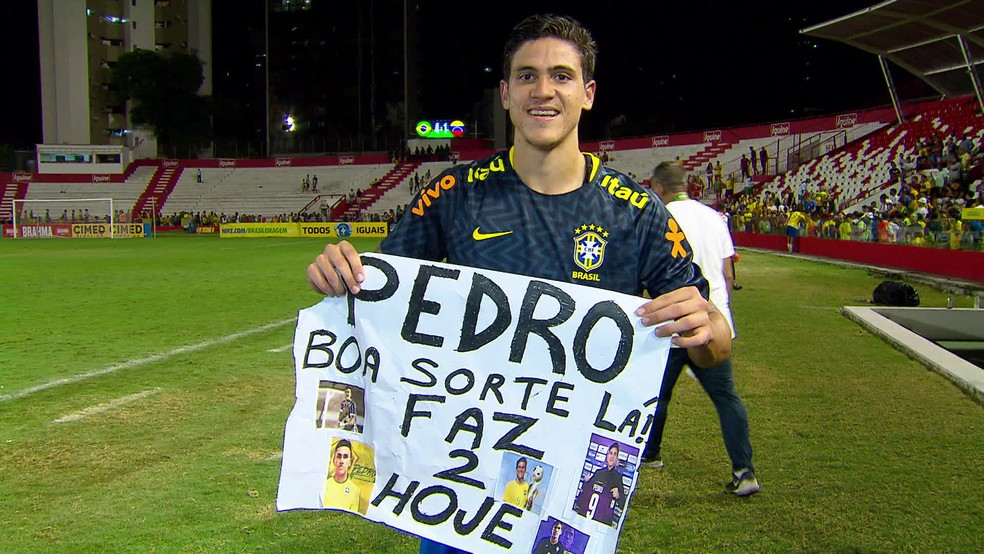 Pedro mostra cartaz que ganhou de garoto — Foto: Reprodução