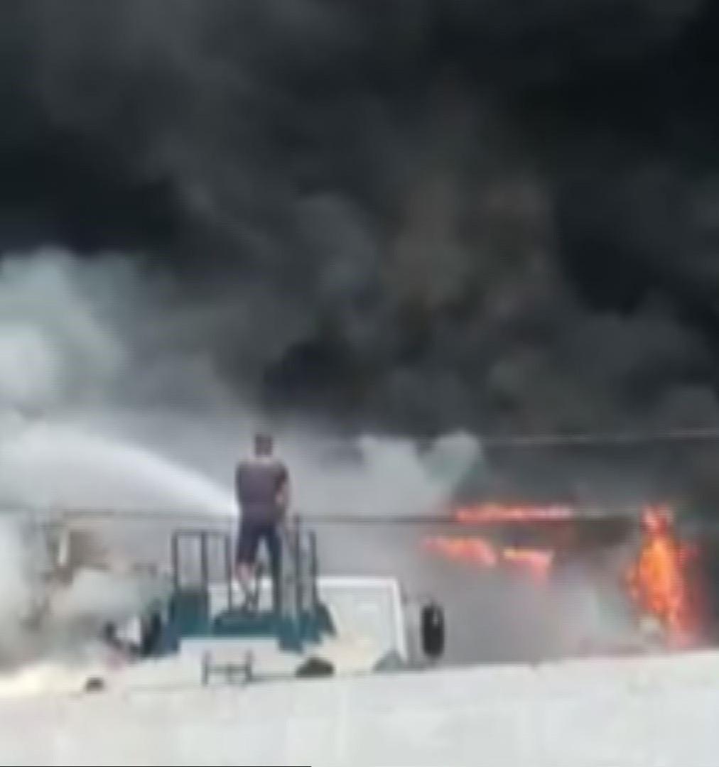 Incêndio em garagem deixa três ônibus destruídos no litoral de SP; VÍDEO