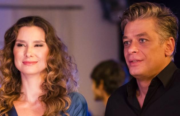 Na segunda-feira (21), Arthur (Fabio Assunção) beija Natasha (Lavinia Vlasak)  (Foto: TV Globo)