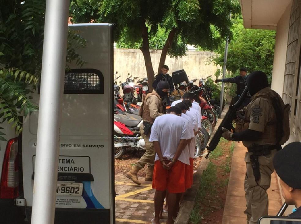 Suspeitos de participarem da tentativa de assalto a bancos em Milagres serão ouvidos nesta terça-feira (18), em Juazeiro do Norte. — Foto: Isaac Macedo/TV Verdes Mares