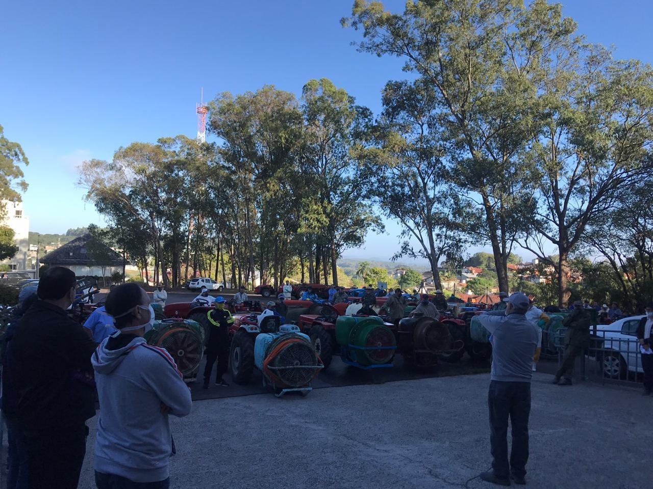 Agricultores higienizam as ruas com a ajuda de 50 tratores em Garibaldi