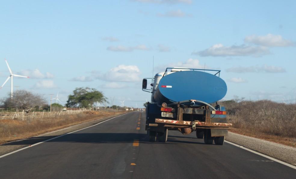 Reconhecimento de situação de emergência facilita repasses de recursos para ações como envio de carros-pipa às cidades potiguares (Foto: Igor Jácome/G1)