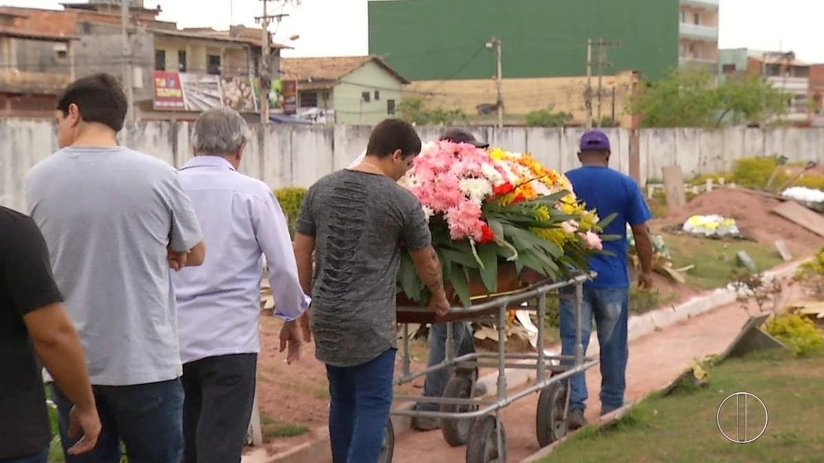 Mulher morta a facadas durante discussão de trânsito é enterrada em Rio das Ostras, no RJ