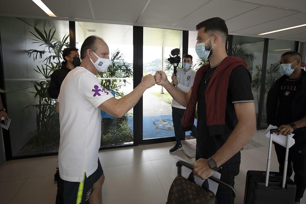 Felipe cumprimenta Taffarel na chegada à Granja Comary — Foto: Lucas Figueiredo / CBF