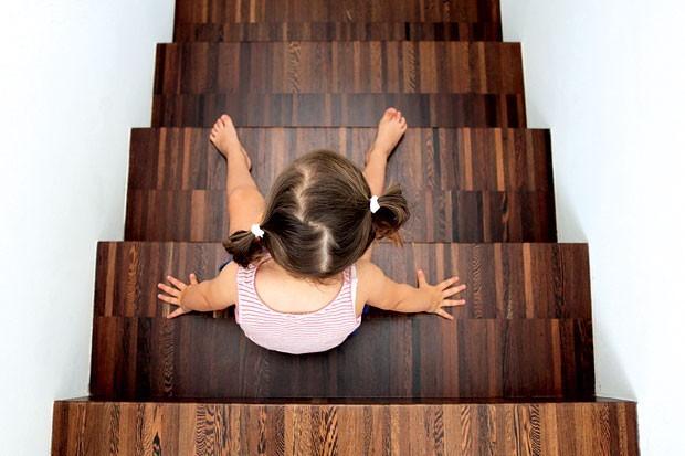 Menina na escada (Foto: Nicopiotto/Getty Images)