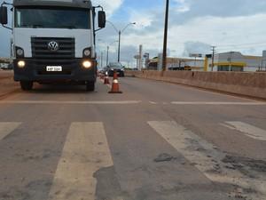 Lombada é cosntruída 4 dias depois da morte de uma estudante que foi atropelada quando estava sobre a faixa de pedestre na BR-364 (Foto: Toni Francis/G1)
