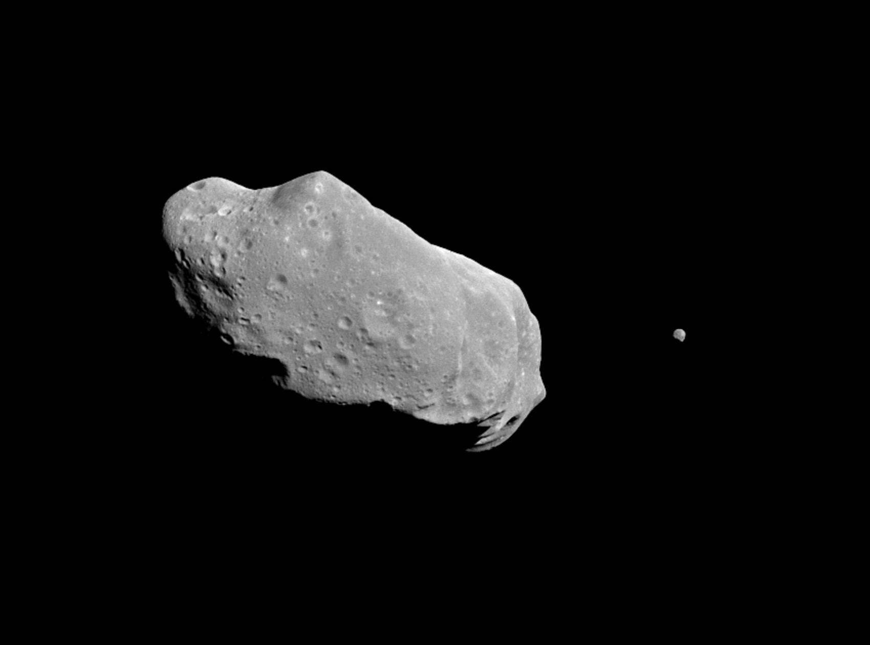 243 Ida, primeiro asteroide binário - com uma lua - descoberto.  (Foto: NASA/JPL)