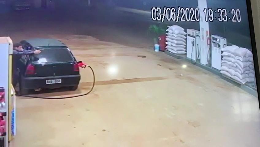 Policial penal que abastecia carro em posto reage a assalto e atira em criminoso no AC; veja vídeo