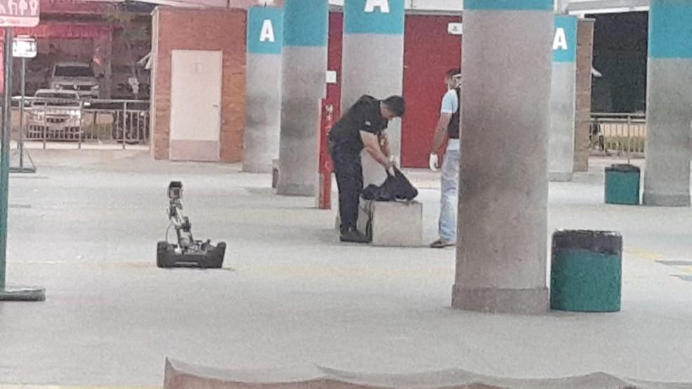 O esquadrão antibombas foi acionado para verificar a ameaça — Foto: Rafaela Duarte