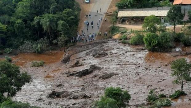 Tanto a barragem de Mariana (MG), que se rompeu em 2015, quanto a barragem de Brumadinho (MG), eram classificadas como de 'baixo risco' de rompimento nos registros da Agência Nacional de Mineração (Foto: Direito de imagemCHRISTOPHE SIMON/AFP via BBC)