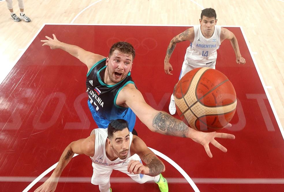 Luka Doncic busca o rebote na vitória da Eslovênia sobre a Argentina — Foto: Gregory Shamus / Getty Images