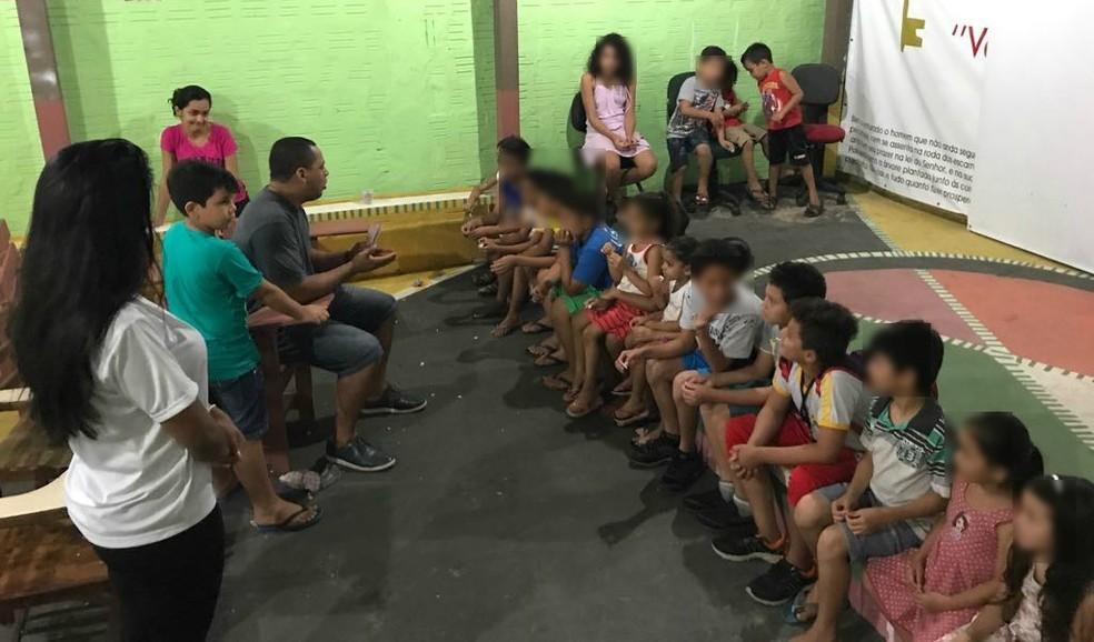 Após sessão, Almeida conversa com crianças sobre a mensagem passada pelos filmes (Foto: Rafael Almeida/Arquivo Pessoal)