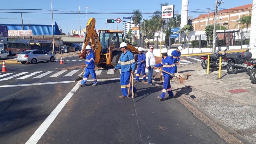 Equipes realizam obras na rede esgoto em Bauru  (Foto: DAE Bauru/ Divulgação )