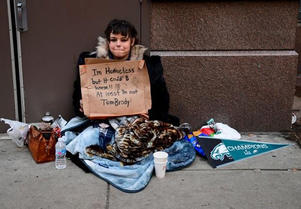 Mulher sem-teto em Philadelphia, nos Estados Unidos - pobreza (Foto: Corey Perrine/Getty Images)